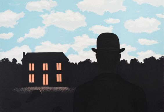 fra tela e paesaggio, fra giorno e notte è la stessa che avviene fra la mente dello spettatore e la rumorosa assenza all'interno delle tele di Magritte