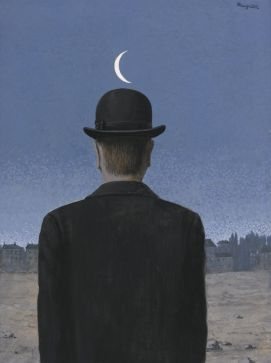 La stessa immaginazione da cui scappa e alla quale ritorna sempre il fantomatico protagonista con la bombetta dei suoi quadri.
